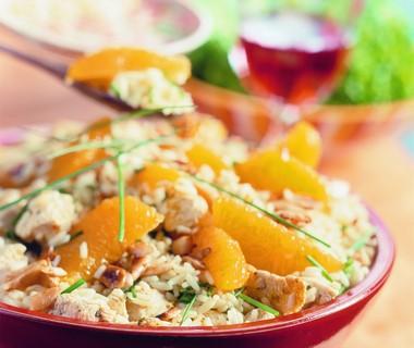 Spaanse rijstsalade met kip en sinaasappel