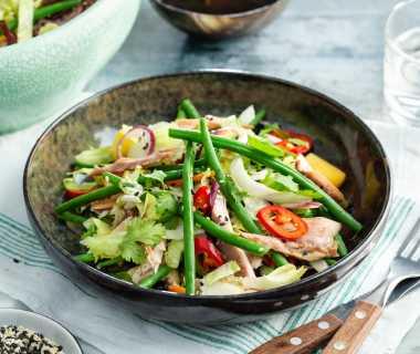 Aziatische salade met mango en gerookte makreel