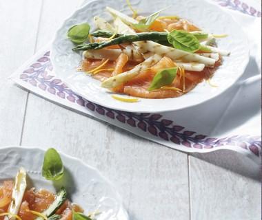 Gegrilde asperges met sinaasappel en balsamico op zalmcarpaccio