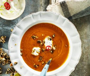 Zoete-aardappelsoep met pompoenpitten en sesam