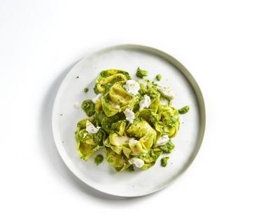 Kaastortellini met spinazie en amandel