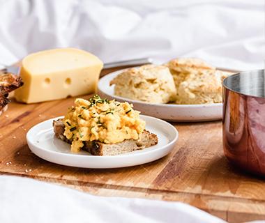 Scrambled eggs op toast van Food From Claud Nine