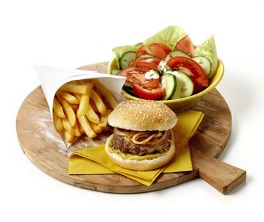 Baconburgers met friet en sla