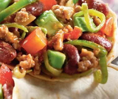 Tortilla's met chili con carne en avocado