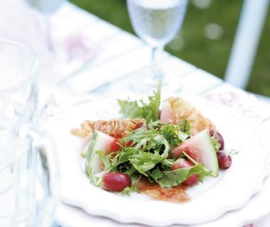 Salade van watermeloen, druiven en parmaham