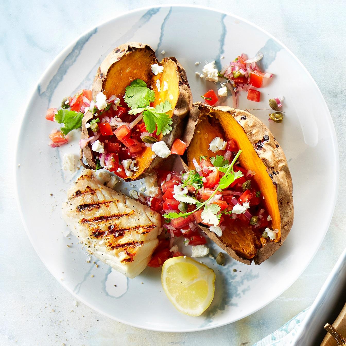 Gepofte zoete aardappel met tomatensalsa en feta