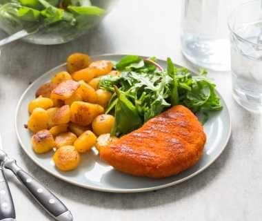 Kip satéschnitzel met minikrieltjes en sla