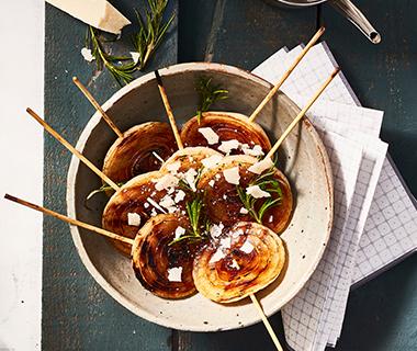 Balsamico-uien met rozemarijn en parmezaan