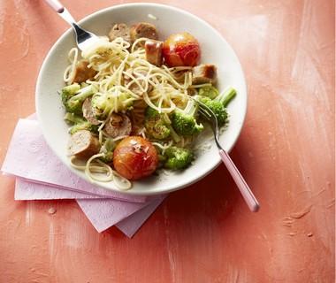 Spaghetti met broccoli, gepofte tomaat en worst