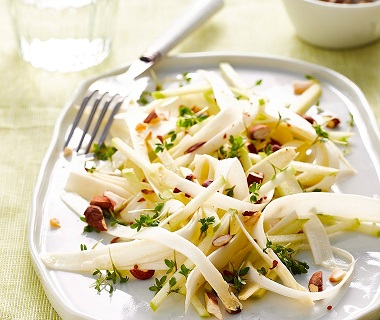 Salade van rauwe witte asperges met appel en amandel
