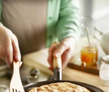 Ontbijtomelet met witbrood en jam